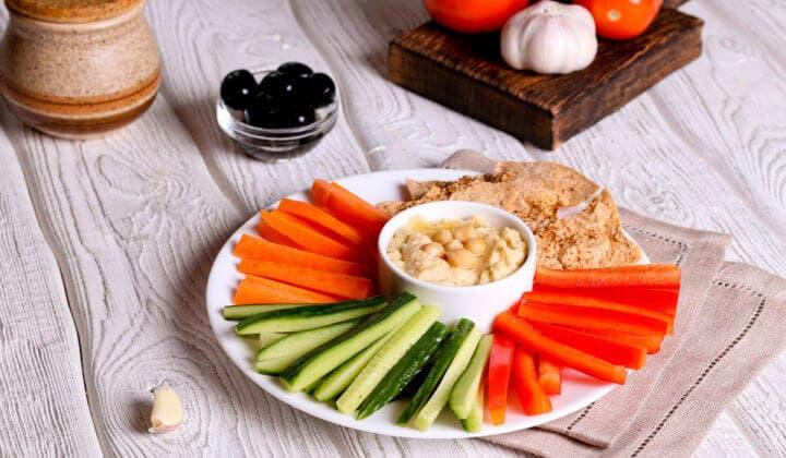 Delicioso snack de hummus y vegetales para desayunos veganos