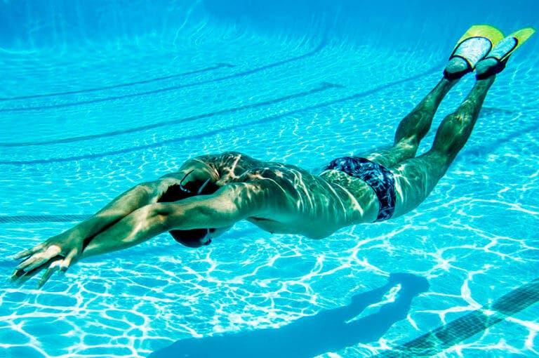 7 reglas que debes seguir para nadar de manera segura