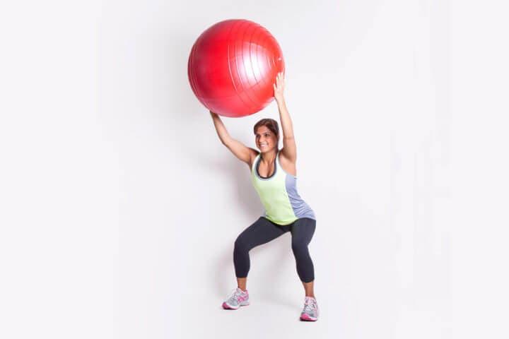 Entrenamiento casero de sentadillas con balón de entrenamiento