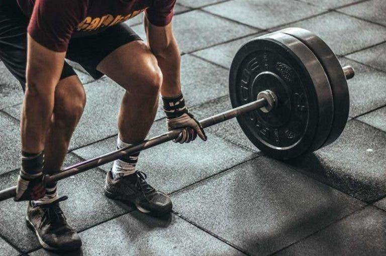 4 señales de que debes aumentar el peso que levantas en el gimnasio