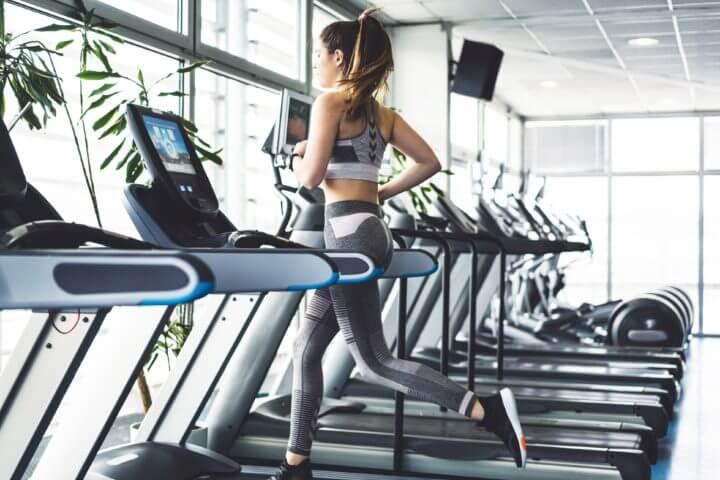 Cómo ejecutar entrenamientos HIIT en la cinta de correr
