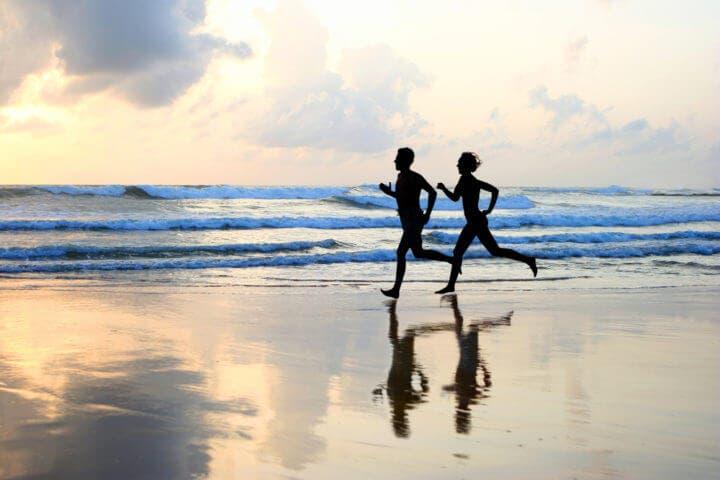 ¿Quema más calorías correr por la arena?