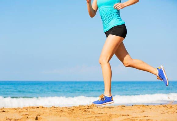 Cómo correr por la playa sin lesionarte