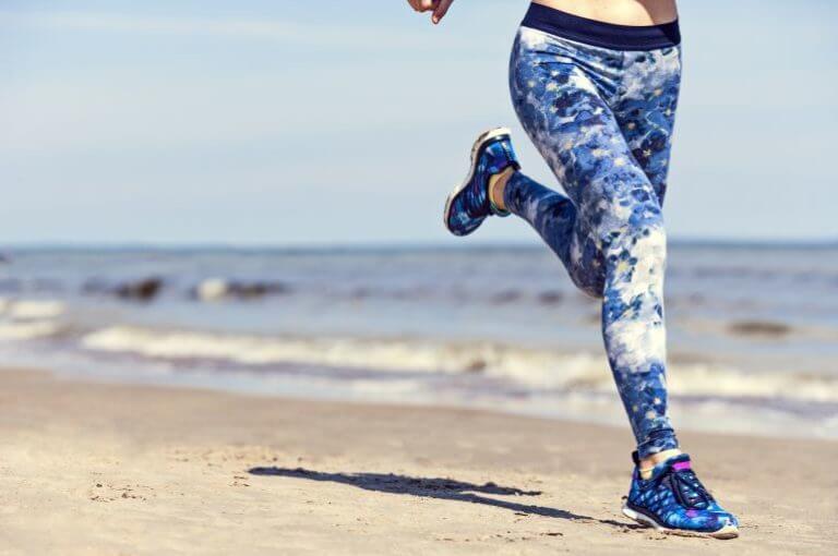 ¿correr por la playa quema más calorías que en superficie lisa?