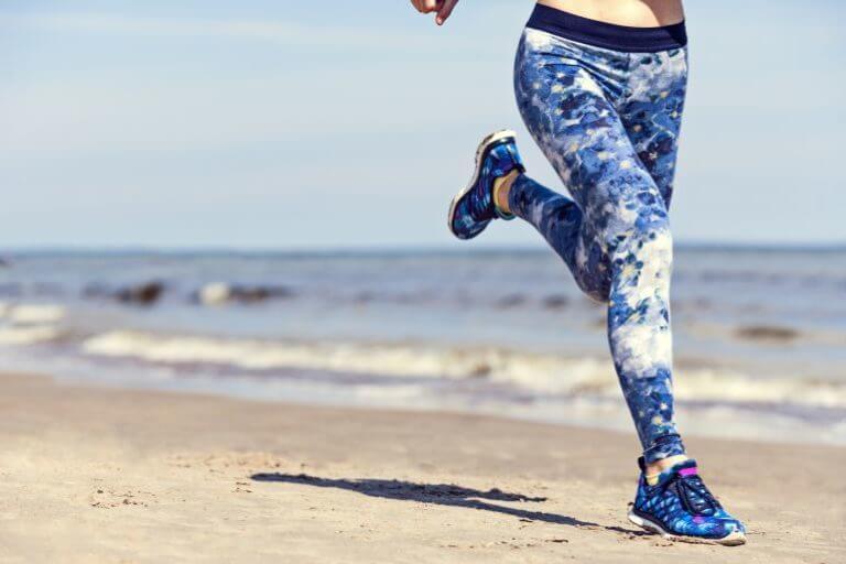 ¿Correr por la playa quema realmente más calorías?