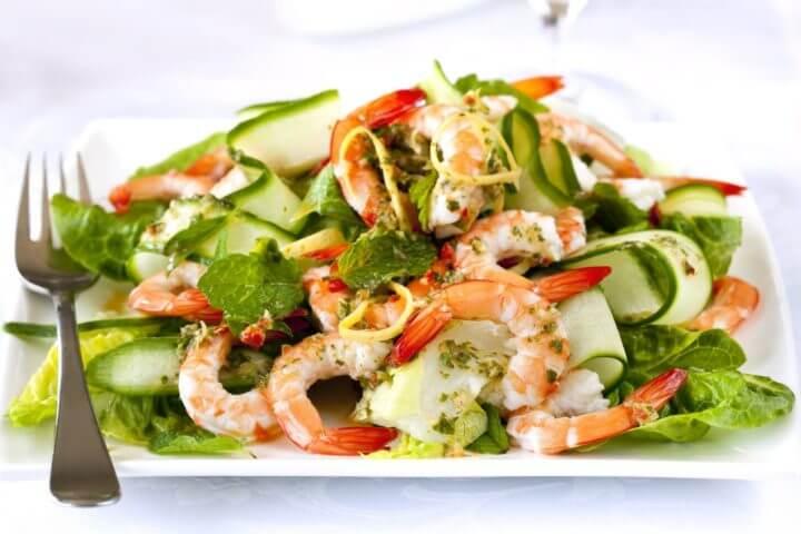 Cómo hacer una ensalada de aguacate y camarón