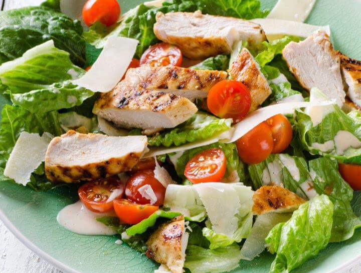 Receta de ensalada cetogénica de pollo asado
