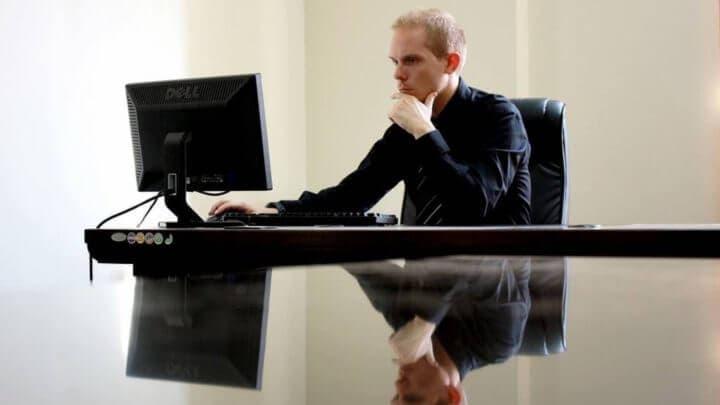 Importancia de una correcta altura del monitor al sentarse