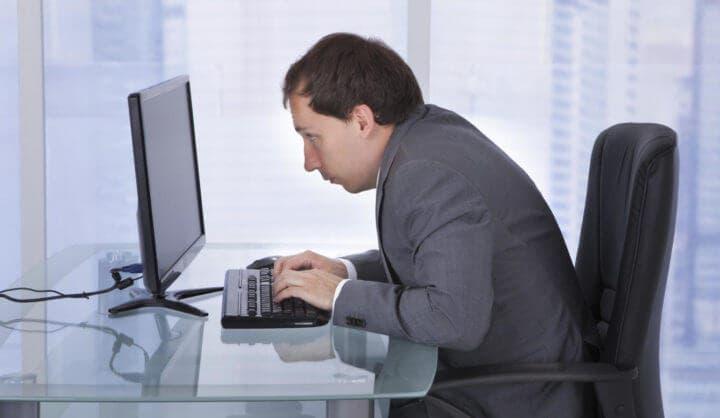 Posicionamiento incorrecto del teclado al sentarse