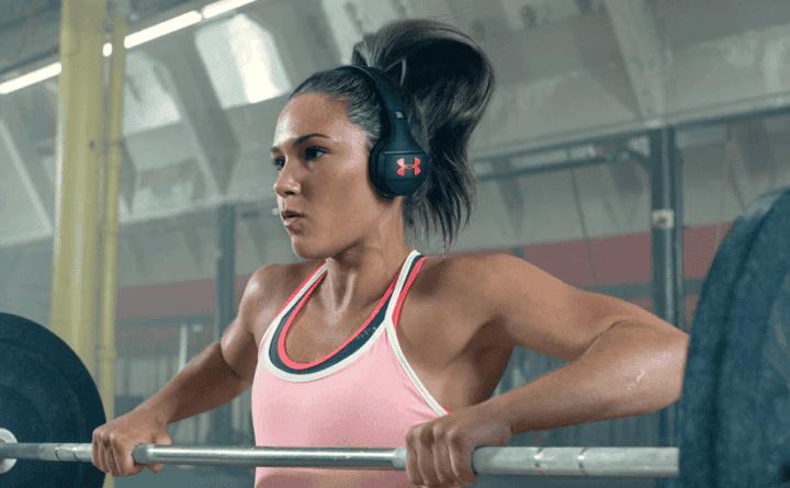 Utilizar auriculares aislantes de sonido para hacer deporte