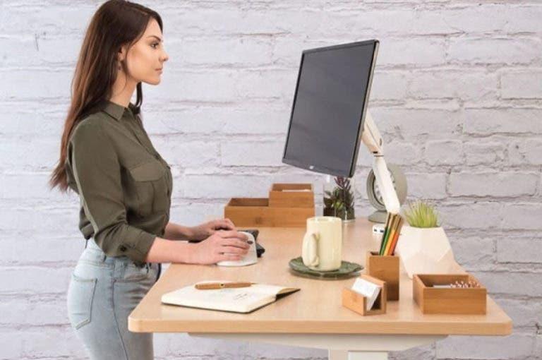 Escritorio con pedales vs. de pie. ¿cuál es mejor para la productividad?