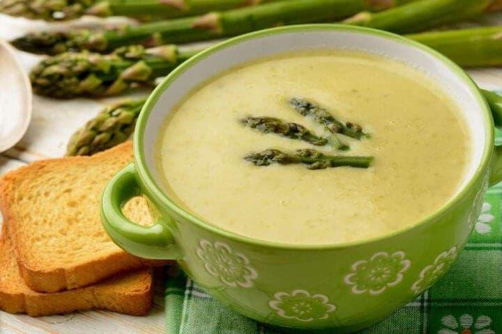 Cómo crear una sopa de espárragos saludable