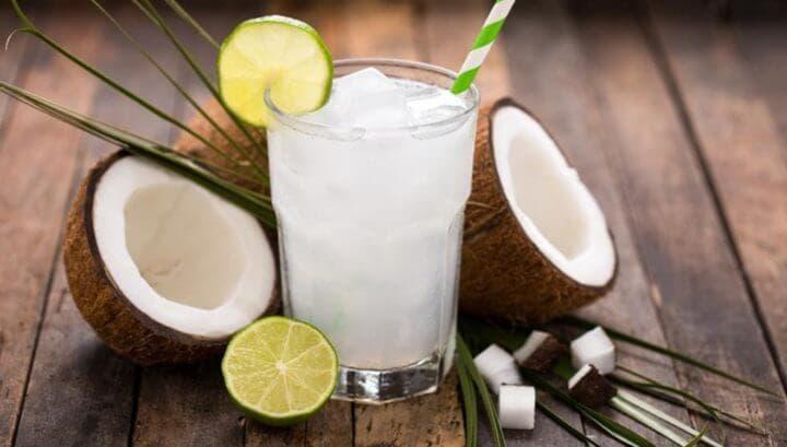 El agua de coco es rica en electrolitos