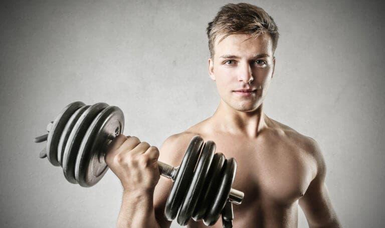 Errores que se cometen al hacer curl de bíceps
