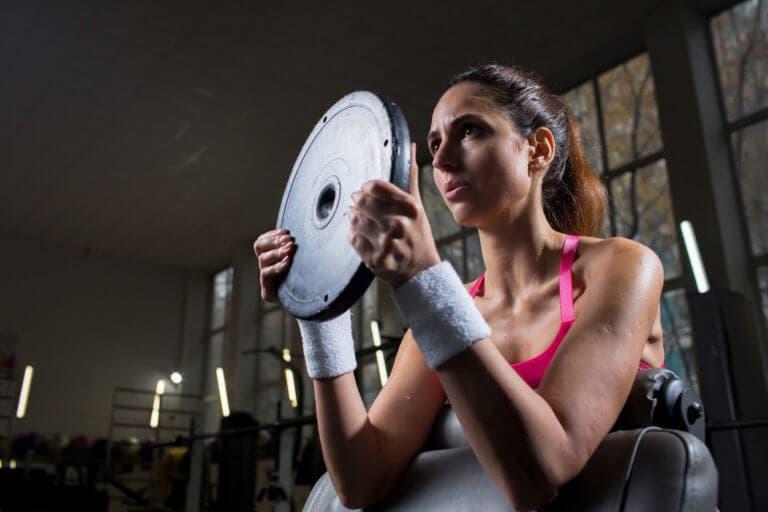 Rutina de ejercicios con disco de pesas