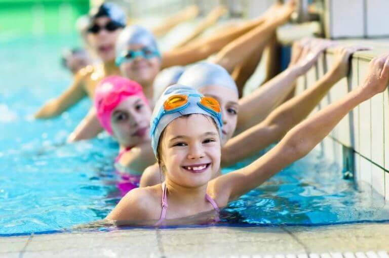 ¿qué beneficios tiene para un niño unirse a un club de natación?