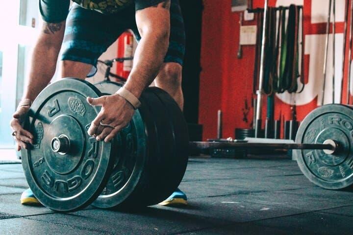 Rutinas de pesas para crear tensión mecánica