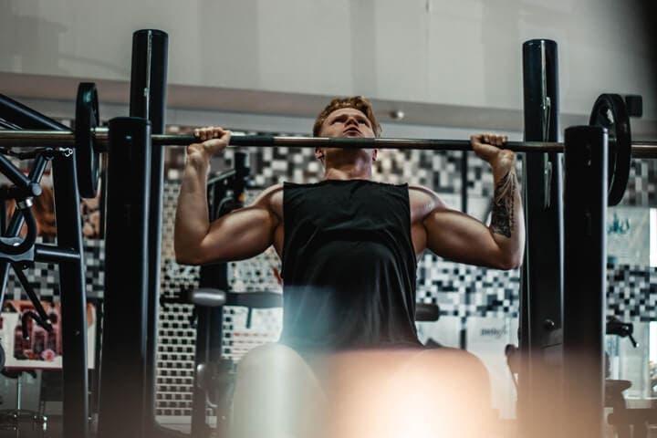 Cómo crear más tensión mecánica en los tríceps