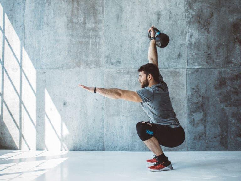 5 ejercicios con kettlebell que para fortalecer isquiotibiales