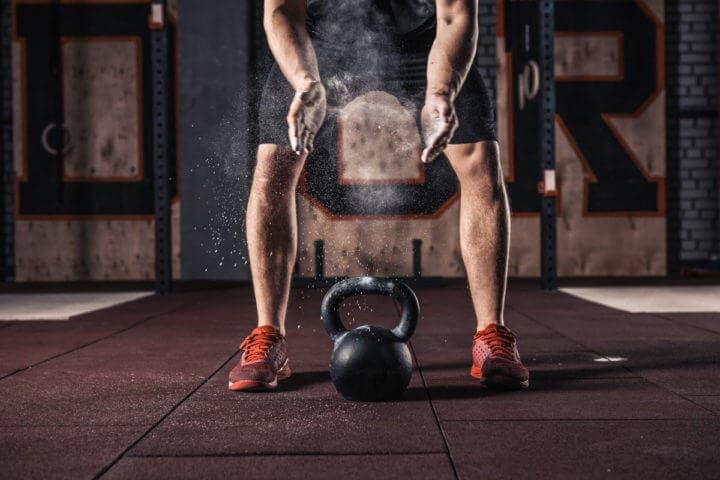 5 ejercicios con pesas rusas para desarrollar tus isquiotibiales