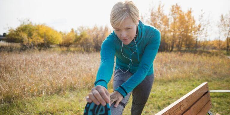 Hacer gimnasio para entrenar en el jardín de tu casa