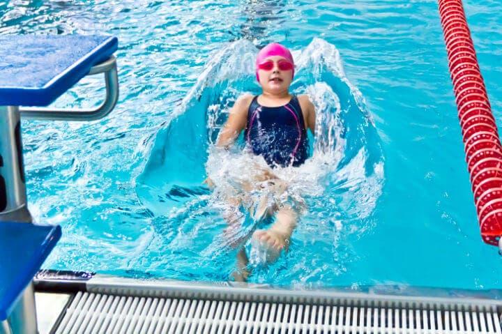 ¿Cómo la natación interfiere en la salud infantil?