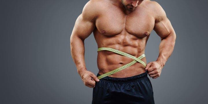 Físico culturista midiendo su ganancia de peso