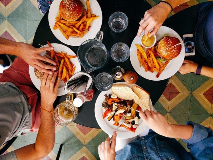 ¿Por qué la comida rápida causa estreñimiento?