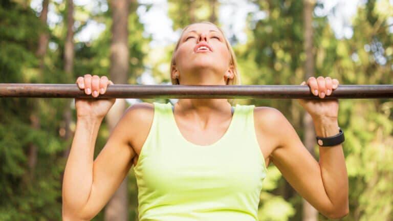 Ejercicios de core para mujeres que busca mejorar en dominadas