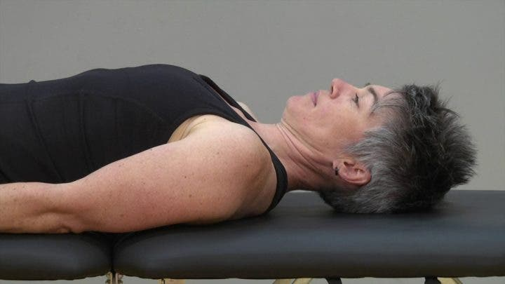 Ejercicio de retracción de cabeza para corregir espalda redondeada