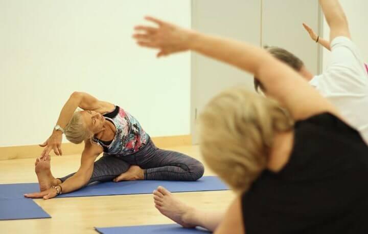 ¿Qué ejercicio pueden hacer las personas mayores en casa?