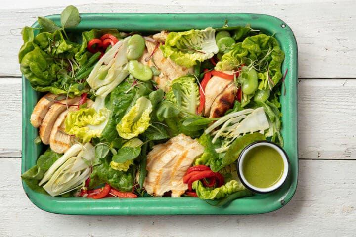 Receta de ensalada de pollo con albahaca