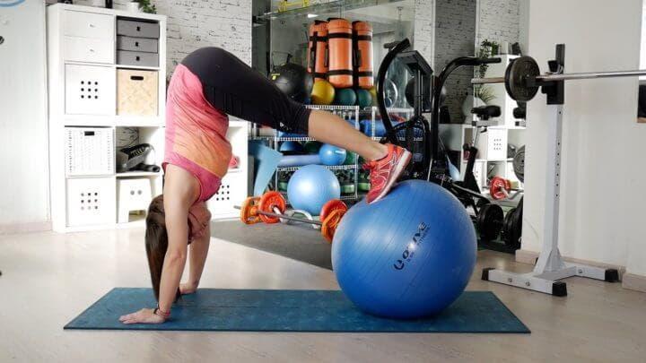 Entrenar el equilibrio con una fitball