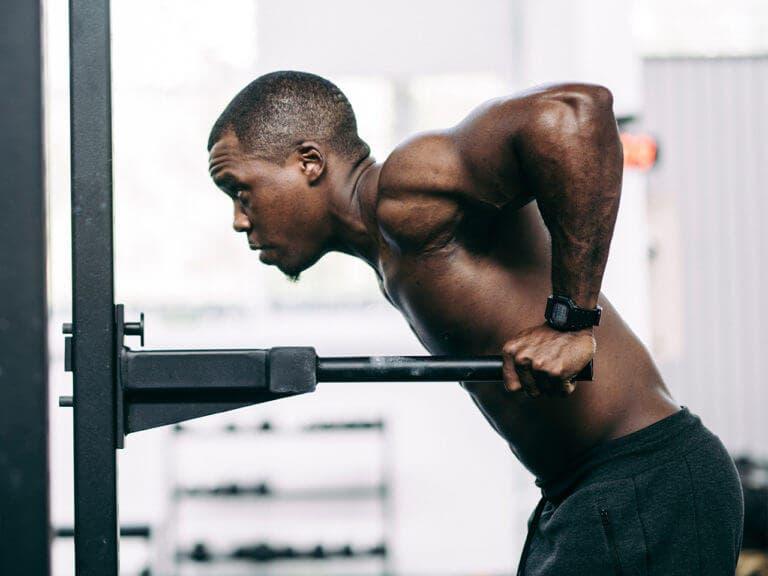 ¿Qué ejercicios promueven el crecimiento del pectoral bajo?