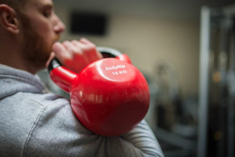 press hombro con kettlebell