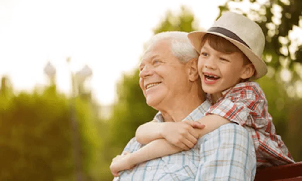 abuelo con su nieto