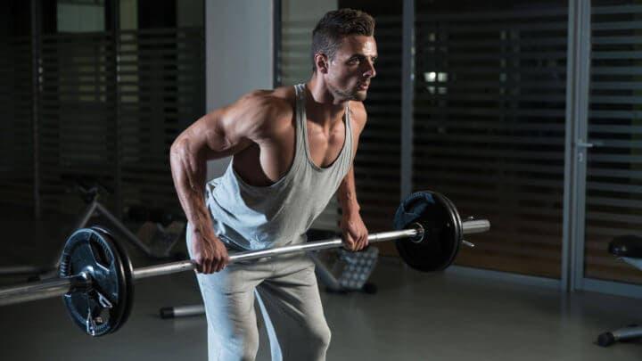 remo en barra, ejercicio de las superseries para trabajar todo el cuerpo