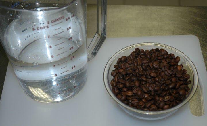 ¿Cómo está compuesta el agua con cafeína?