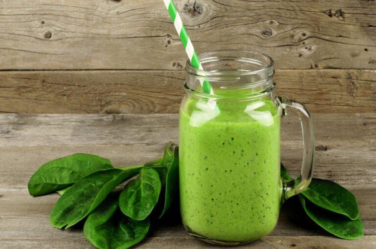 4 beneficios del zumo de espinacas basados en la ciencia