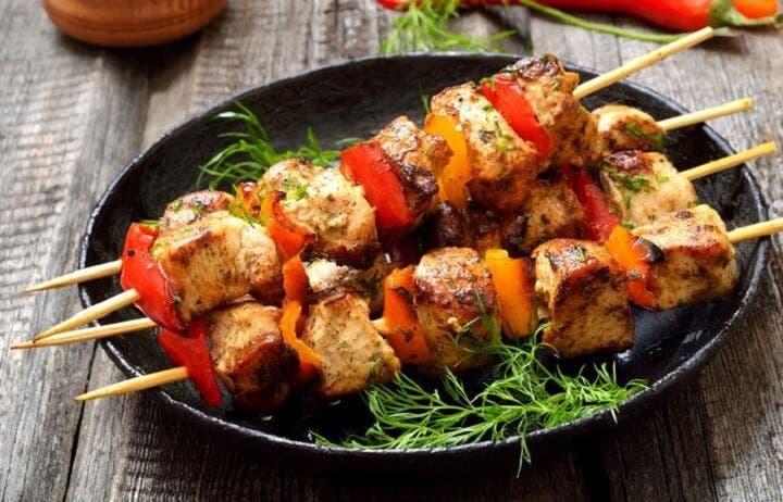 Cómo hacer brochetas de pollo y verduras