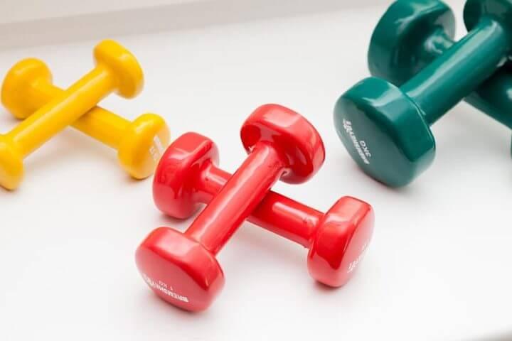 ejercicios con mancuernas para mantener el musculo