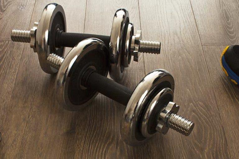 Guía útil para empezar un entrenamiento con pesas en casa