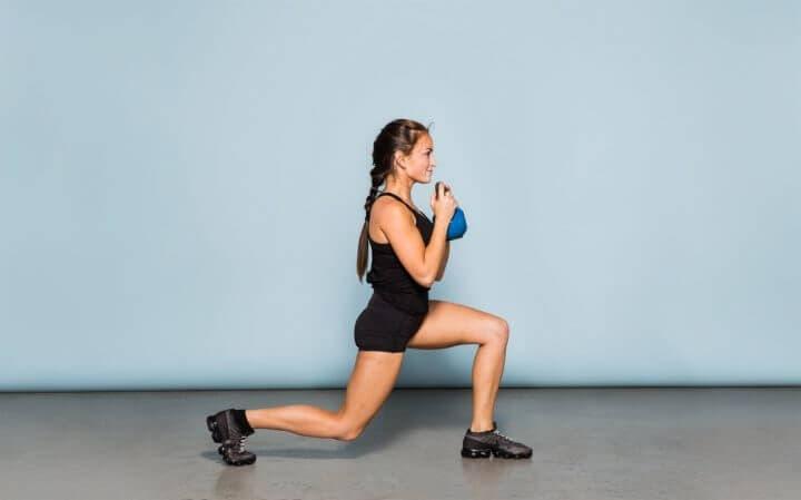 ¿Cómo puedo mejorar mis zancadas con las superseries para trabajar todo el cuerpo