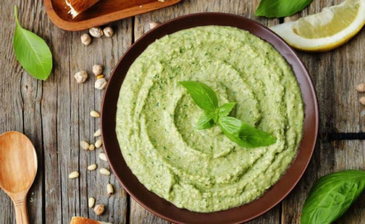 El hummus de aguacate es una receta saludable con judías