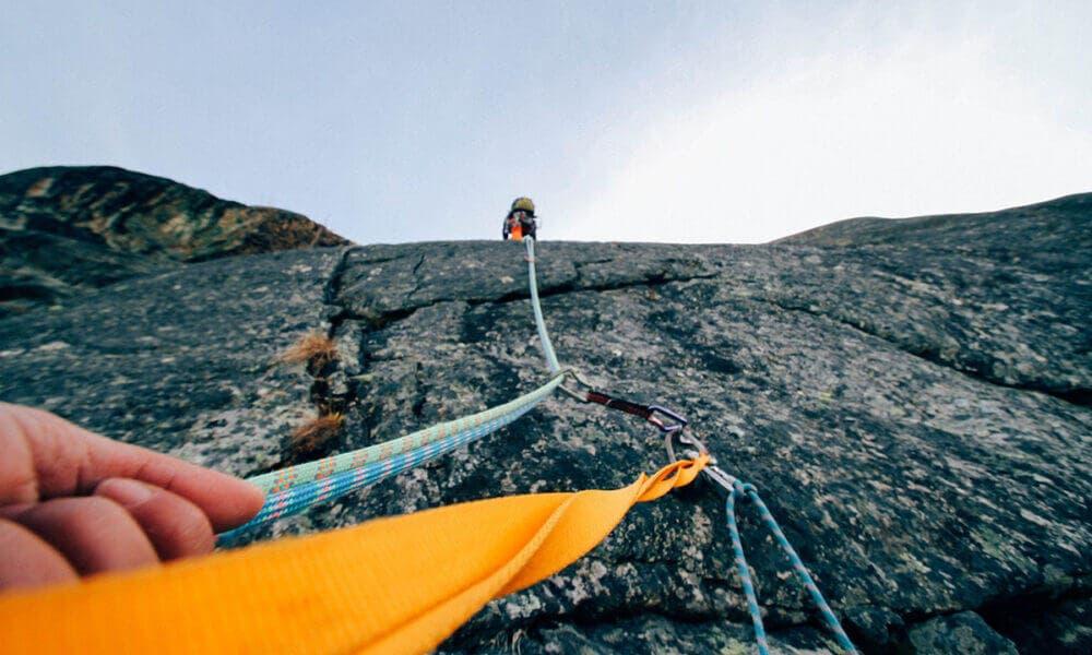 Accesorios indispensables para realizar actividades de escalada de forma segura