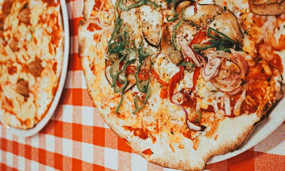 Recetas de pizzas con base de pollo, champiñones y tocineta