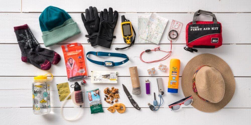 ¿Cuáles accesorios para hacer senderismo son los más imprescindibles llevar?