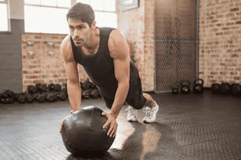 10 ejercicios con balón medicinal para principiantes fáciles de hacer