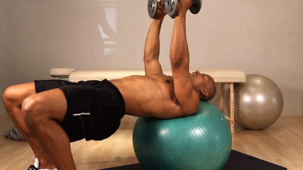 Cómo hacer press de pecho con fitball