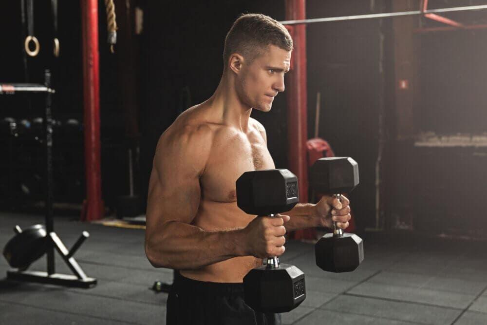 Como realizar curls de martillo para crecer masa muscular